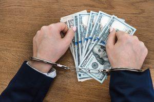 ¿Puede un preso enviar dinero a otro preso?